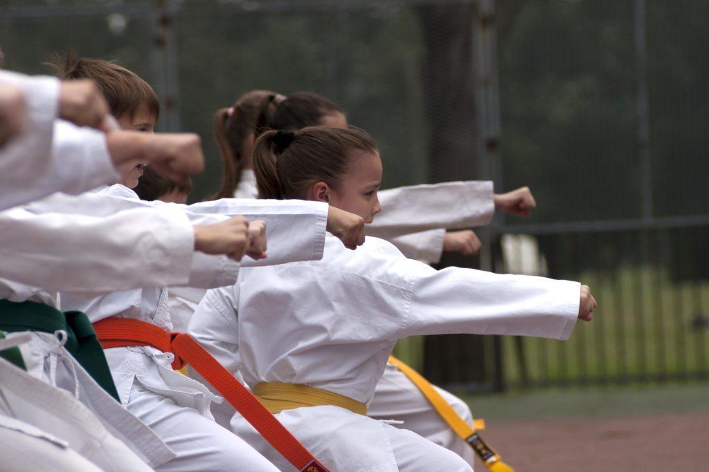 Unos niños haciendo Karate ( Como mejorar la motivación de tus alumnos)