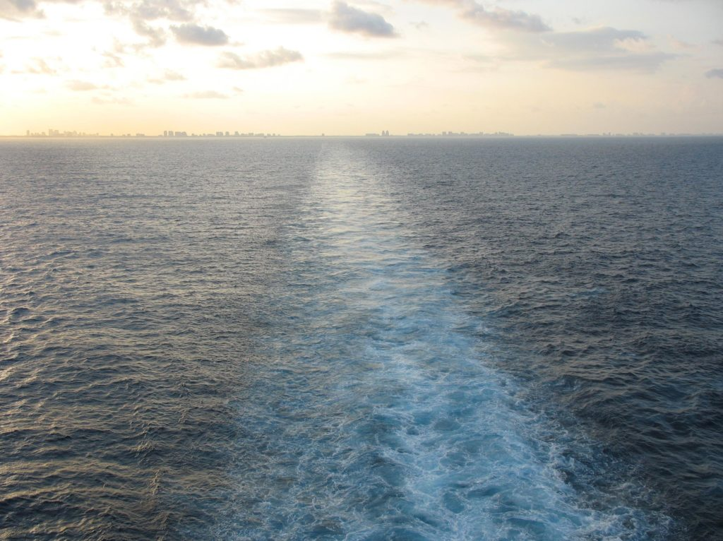 Atardecer con estela de un barco sobre el mar (Meditación Mindfulness)